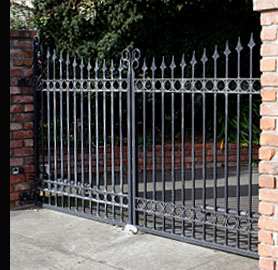 Gates fitted with automatic opening equipment